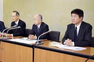 記者会見するJSAPSの大慈弥裕之理事長(左)、日本美容医療協会の青木律理事長(右)ら=25日午後、東京都内