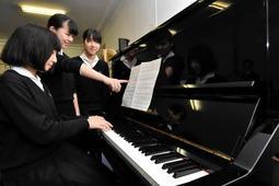 石井さんのピアノを弾く吹奏楽部員=三田学園
