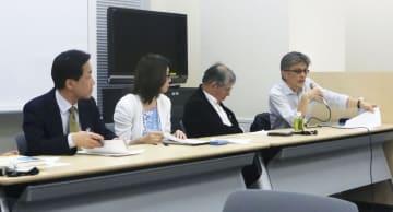 記者会見する作家の柳広司さん(右端)ら=25日午後、東京・永田町