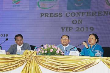 来月開催の「ヤンゴン投資フォーラム」について会見する、ヤンゴン管区のナウ・パン・ティンザ・ミョ・カレン族担当相(右)など=25日、ヤンゴン(NNA)