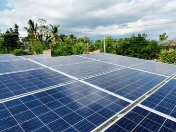 エグチホールディングスがカガヤン州アルカラ市役所に設置した太陽光発電設備(同社提供)