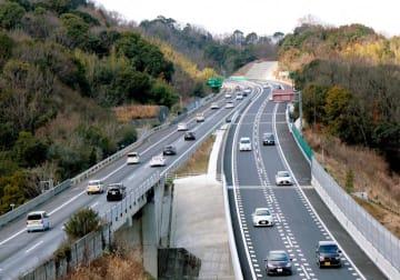 全線で4車線化された高松自動車道=香川県さぬき市(西日本高速道路提供)