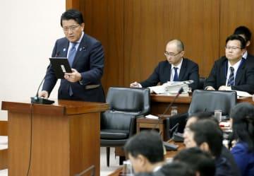 衆院内閣委で、タブレット端末を手に答弁する平井科技相=26日午前