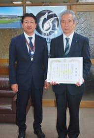 戸田町長から感謝状が贈られた廉澤代表取締役社長(右)