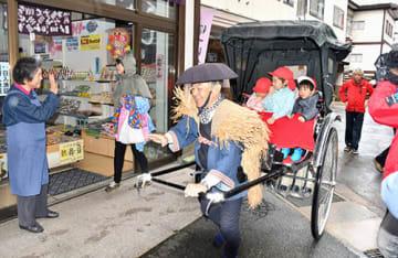 肘折保育所の園児を乗せた人力車が温泉街を巡った=大蔵村・肘折温泉
