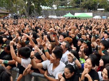 岩手公園を埋める大勢の観客で盛り上がった昨年のいしがきミュージックフェスティバル