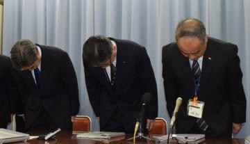 事務職員の学校徴収金着服を謝罪する布施教育総務部長(中央)=25日、千葉市役所