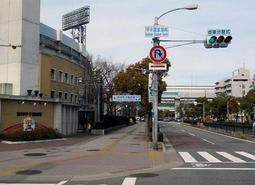 「甲子園球場南」に変更された交差点標識=西宮市甲子園八番町(兵庫県提供)