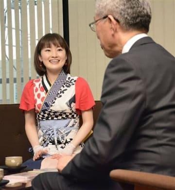 桜田市長(右)にシングルデビューを報告するほのかりんご