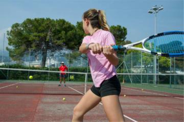 写真はテニスをする女性のイメージ