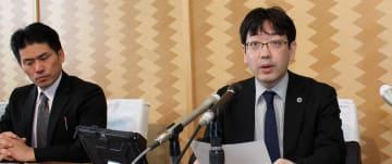 記者会見で再調査報告書の内容を説明する京野委員長(右)=秋田県庁