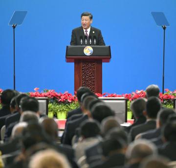 巨大経済圏構想「一帯一路」をテーマにした国際会議の開幕式で演説する中国の習近平国家主席=26日、北京(共同)