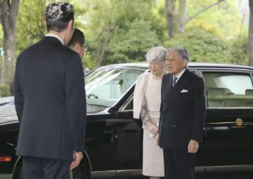 「みどりの式典」会場の憲政記念館に到着された天皇、皇后両陛下=26日午前、東京・永田町(代表撮影)