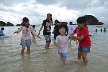 海開きした伊計ビーチで遊ぶ子どもたち=うるま市の同ビーチ