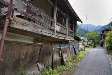 空き家が目立つ集落=2018年6月、群馬県