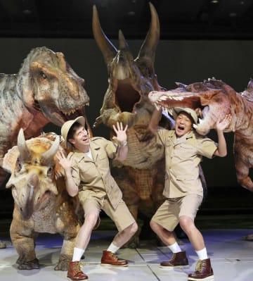 「恐竜ライブ ディノサファリ」の公演前に撮影に応じる「パックンマックン」のパトリック・ハーラン(左)と吉田真=東京都内