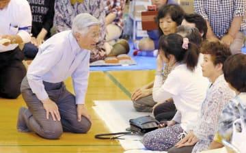 熊本県南阿蘇村の避難所に被災者を見舞う。広く支持されているが、憲法には規定がない