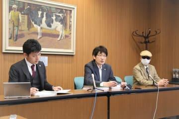 記者会見する神原元弁護士(中央)と男性(右)