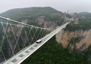 5·5トンの自動運転バスがガラス橋を走行 湖南省張家界