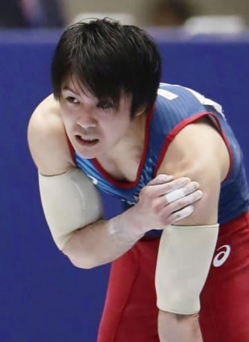 男子個人総合予選 平行棒で落下し、肩に手をやる内村航平=高崎アリーナ