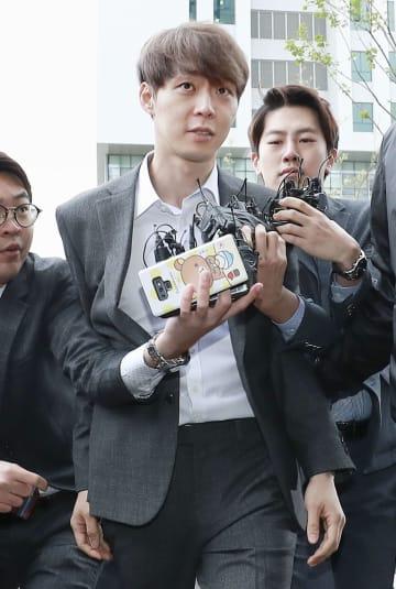 韓国の水原地裁に出頭するパク・ユチョン氏=26日(共同)