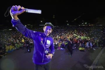 2018年前夜祭に登場したロッシとファンの記念撮影