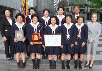 全国高校選抜大会で13年ぶり4度目の優勝を果たした就実高ソフトテニス部の選手ら=山陽新聞社