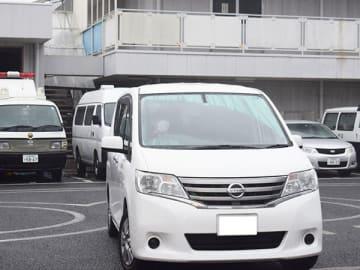 男を乗せた車=24日午前9時、浦和署(画像を一部加工しています)
