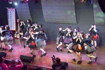 福井県鯖江市とコラボした曲「LOVE LOVE SABAE」を歌う仮面女子=4月25日夜、東京・秋葉原の仮面女子CAFE
