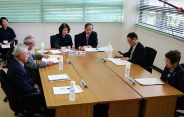 代表者の選定に当たった審査会の委員ら=長崎市役所