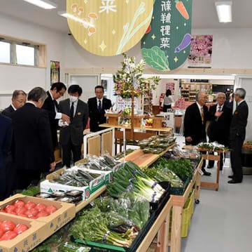 広々とした店内にさまざまな商品が並ぶ町産直市場=道の駅白い森おぐに