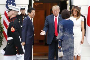 夕食会でトランプ米大統領とメラニア夫人(右側奥)の出迎えを受ける安倍首相と昭恵夫人=26日、ワシントンのホワイトハウス(共同)