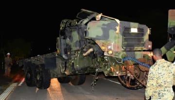 事故現場から運び出される米軍の中型トレーラー=27日午前0時28分、うるま市石川山城(金城健太撮影)