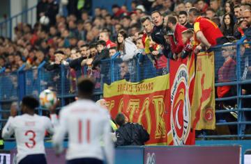 欧州選手権予選のイングランド戦でのモンテネグロのファン=3月25日、ポドゴリツァ(ロイター=共同)
