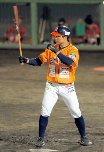 【愛媛MP―高知】3点を追う6回、打席に入る愛媛MP・有間=宇和島丸山球場