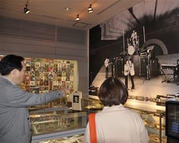 ビートルズの来日公演の写真などが展示されている企画展