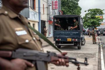 スリランカの最大都市コロンボで、警戒を続ける武装警察隊員ら=26日(ゲッティ=共同)