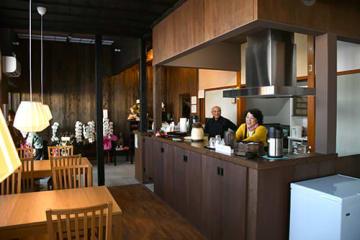 木村秀泰さんがオープンさせた「源泉かけ流し名人の湯」。湯町温泉街の新スポットとして人気を集めている=上山市
