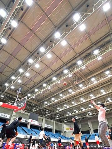 照明がLEDに替わり、明るくなった県立総合体育館の大体育室=熊本市西区(池田祐介)