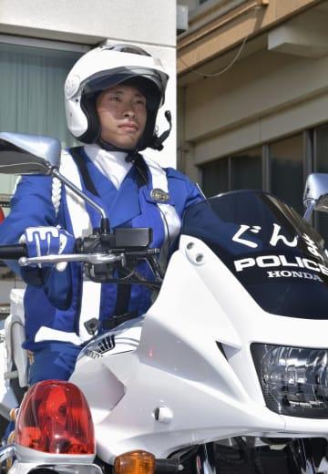 白バイにまたがる群馬県警交通機動隊巡査長の山瀬俊貴さん=22日、前橋市