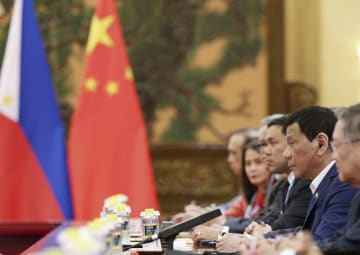 北京の人民大会堂で中国の習近平国家主席と会談するフィリピンのドゥテルテ大統領(右から2人目)=25日(共同)
