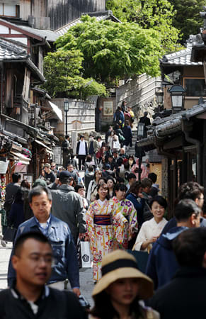 10連休が始まり、行き交う観光客らで混雑した二年坂(27日午後2時、京都市東山区)