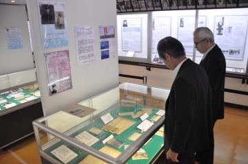 約60点の家族に送った手紙や遺品などが並ぶ特別展「七十年目の奇蹟 見えてきた兄の最後」=阿見町青宿