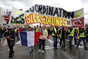 27日、フランス・ストラスブールで行われた黄色いベスト運動のデモ(ロイター=共同)
