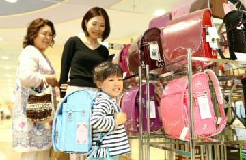 お気に入りのランドセルを選ぶ親子=大分市府内町のトキハ本店