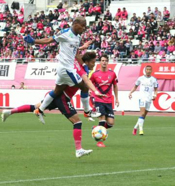【大分-C大阪】後半13分、ゴール前で競り合う大分のFWオナイウ=ヤンマースタジアム長居