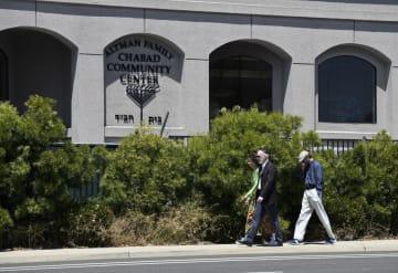 発砲事件があったシナゴーグ付近を歩く人々=27日、米カリフォルニア州(AP=共同)