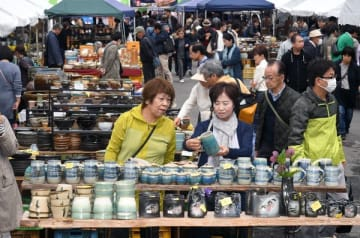 多くの人でにぎわう「益子 春の陶器市」=27日午前10時25分、益子町益子