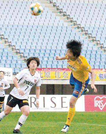 仙台-浦和 後半34分、浜田(右)が右クロスを頭で合わせるがゴールの枠を外れる