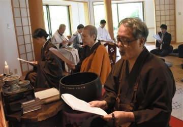 シュバイツァー博士の遺髪を受けて50年の記念法要で、読経する古川龍樹さん(右)=27日、玉名市